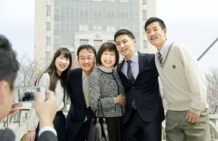 「家族の誰かが悩んでいたらみんなで団結し、乗り越えていきます。世界一の家族です」と胸を張る野田さん一家。長男・飛翔さんの卒業を祝おうと、家族全員が創大にそろった(右から次男・翔音さん、長男・飛翔さん、野田さん、夫・敬博さん、長女・真彩さん)
