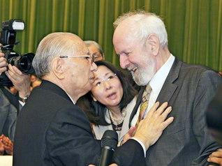 初めての出会いを喜び合うヴァイツゼッカー博士(右端)と池田先生(2010年3月、東京・八王子市の創価大学で)
