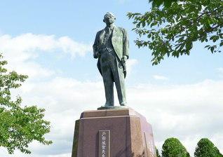戸田記念墓地公園(石狩市厚田区)内にある戸田先生の立像。そのまなざしは、広宣流布の未来を見つめて。恩師は生前、愛弟子の池田先生に語った。「大作、おまえは世界の広布の大道を必ず開いてゆけ! 頼む。断じて開け!」と