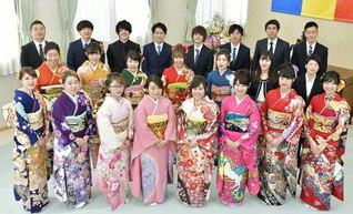 池田先生の提案で1972年以来、毎年結成されている東京・新宿総区の「新宿成人会」。勤行会では、47期の萩原伸さん、堀内昌美さんが清新な決意を述べた(8日、新宿池田文化会館で)