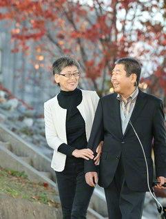 幸せの道を歩む夫婦。「同志だね」と夫・一男さん㊨が言えば、三浦さんは「こんな日が来るなんて」と照れ笑い