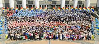 """わが胸に、わが国に、""""師弟共戦の旗""""は堂々と!――世界青年部総会に勇み集った海外65カ国・地域の友と日本の青年部・未来部の代表が晴れやかに(東京・八王子市で)"""