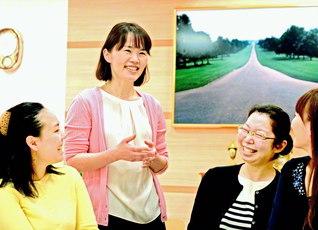 白樺グループの友と笑顔の語らいを広げる野中香美さん(左から2人目、中部池田記念講堂で)
