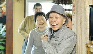 前田さん(手前)の笑顔は、地区の同志の中にある。学会活動も妻と「一緒に頑張ってんの。ずっとそうだよ」