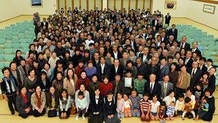 愛媛の創価教育同窓・創愛会合同総会(昨年11月、愛媛文化会館で)。毎年、創価同窓の誓いを確かめ合い、励まし合う場としてにぎやかに行われている