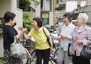 笑いあふれる婦人部の友と。「闘病を通し、人の痛みが分かる自分になれた。これが私の使命なんや」と冨田さん(左から2人目)