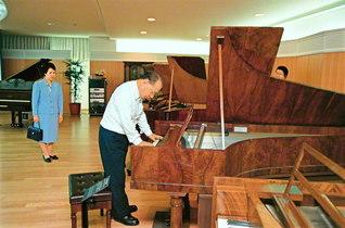 民音文化センターを訪問した池田先生ご夫妻。同センターの古典ピアノは、実際に演奏できる状態を保って展示されている(1997年9月)