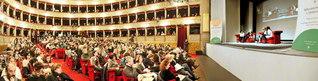 ローマのアルジェンティーナ劇場で行われた対談集『人権の世紀へのメッセージ』のイタリア語版の出版記念発表会。ノーベル平和賞受賞者であるエスキベル博士の講演は、大きな反響を呼んだ。著名な彫刻家・画家・建築家でもあり、教師としての実績も持つ博士。これまでに日本の創価大学や創価学園を訪れ、アルゼンチンSGIの集いにも頻繁に出席するなど、未来を担う青年たちにエールを送り続けている