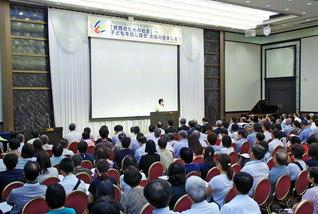 大きな感動を広げた四国人間教育実践報告大会。松下四国長があいさつした(徳島市内で)