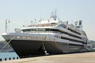宇野港に立ち寄ったフランスの豪華客船「ロストラル」(4月16日、岡山・玉野市)=岡山支局・白神実通信員