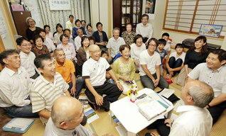 笑顔あふれる神埼町西地区の座談会では、先駆長が活躍。開淳さんがサックスの演奏を披露し、安河内修さんは御書講義を担当した。戸塚勝利圏長が友の活躍をたたえた(15日、神埼市内で)