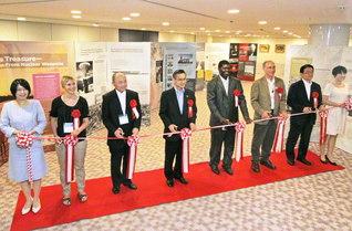 ICANとSGIが共同制作した「核兵器なき世界への連帯」展の初公開となった広島での展示会(2012年8月)