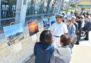 写真展は、開港150年を迎えた神戸港で開かれている(神戸市内で)