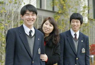 家族に支えられ、病と向き合いながら元気に高校生活を送る酒井佑季さん㊧
