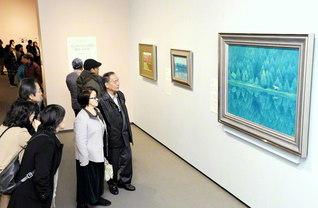 にぎわう東山魁夷展。白い馬の見える風景シリーズの代表作「緑響く」の前にも多くの来館者が