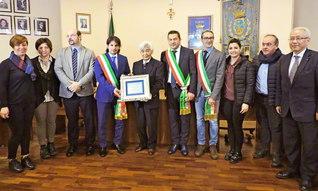 トゥルシ市庁舎内で行われた「名誉市民」称号の授与式。サルヴァトーレ・コズマ市長(左から4人目)からイタリアSGIの代表に証書が託された(2日)