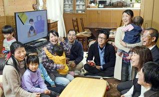 教育本部がライン組織と連携して推進する「家庭教育懇談会」(神奈川・平塚市内で)。少人数の集いだからこそ何でも聞ける。何でも言える。学会の正役職に就きながら子育てに励むリーダーからも「思い切って悩みを打ち明けると、心が軽くなり、笑顔も増えるんです」と好評だ