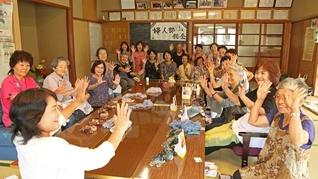 福岡の稲益・野寄グループ合同の集い。田中三代子さんと井上キヌ子さんを先頭に、多くの友人に声を掛けて行われた(朝倉市内で)