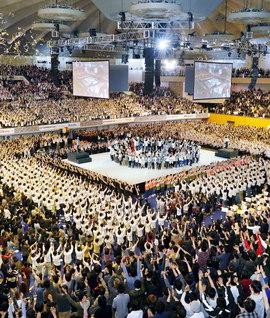 昨年4月に開催された北海道の「三代城創価青年大会」(札幌市の真駒内セキスイハイムアイスアリーナで)。青年を先頭に、新たな師弟共戦の歴史を築く