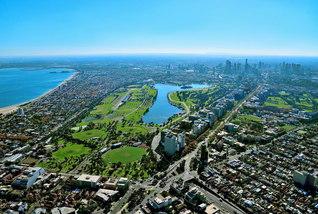 メルボルンの中心街を上空から望む。中央の湖を囲む公園「アルバートパーク」は、住民の憩いの場となっている(2014年、村田康治氏撮影)