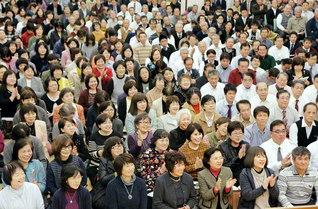 地涌のスクラムを広げゆく誓願が光った沖縄の代表幹部会。学会歌「紅の歌」を大合唱した(沖縄研修道場で)