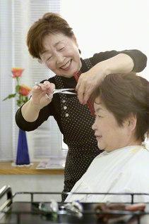 """""""一人のお客さまのために""""と、30年間歩んできた飯田さん。「信頼する従業員に支えられ、店を守ることができます」とスタッフへの感謝も尽きない"""