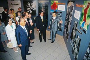"""コスタリカでの""""核の脅威展""""。アリアス博士(右から2人目)が、同国を初訪問したSGI会長と観賞した(1996年6月)"""