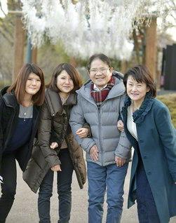 「今が一番、家族が仲良く、信心に励んでいます」と口をそろえる宮本さん一家(右から妻・幸子さん、宮本さん、次女・貴子さん、長女・順子さん)