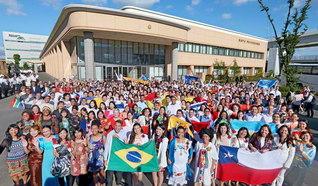 池田先生、私たちが世界平和の柱となります!――SGI青年研修会で来日した55カ国・地域の友らが決意も固く(氏名を2面に掲載)。ナイジェリアの女子部メンバーは「核兵器のない世界を私たち青年の手で築いていきます。目の前の一人に生命尊厳の思想を語り、アフリカ、そして世界へと広げていきます」と語った(神奈川池田記念講堂で)