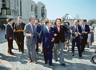 """モスクワ児童音楽劇場のサーツ総裁との初の出会い。劇場を視察し、子どもたちの夢を育む音楽について意見を交わした。子どもたちが池田先生を慕う様子に、総裁は""""劇場に太陽が入ってきたようでした""""と(1981年5月10日)"""