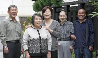 大病を乗り越え、広布の活動に励める一日一日に、川西さん(手前)は生きる喜びをかみしめる(後列左から、夫・賢二さん、妹・酒田正子さん、弟・啓一郎さん、義弟・薫さん)