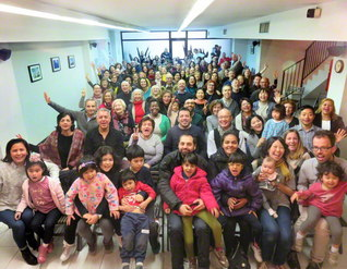 スペインのバルセロナ会館で行われた新年勤行会。多くの未来っ子も和気あいあいと
