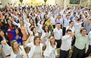 世界広布は、私たちの手で!――昨年8月、研修会で来日したブラジル青年部の友。師との誓いに生きる青年のスクラムは世界へ(創価文化センター内の金舞会館で)