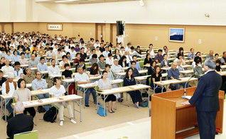 原田会長が、世田谷総区の受験者を激励。新入会の婦人部員は、「仕事との両立に挑戦しながらの研さんは大変でしたが、仏法の哲学を学んで、周囲のために尽くしたいとの思いを強くしました」と語っていた(東京池田記念講堂で)