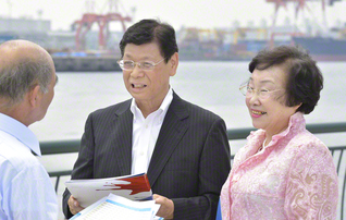 森下さん(中央)と妻の久江さん