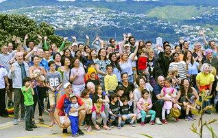 ニュージーランドの首都ウェリントンで広布拡大に走るメンバー(昨年12月2日、マウント・ビクトリアで)