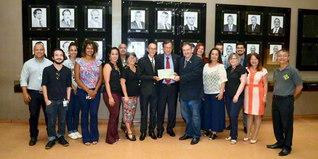 顕彰状の授与式に出席した議員や地元SGIの代表が記念のカメラに(カンポグランデの南マットグロッソ州議会議場で)