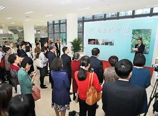 佛山科学技術学院での「自然との対話」写真展の開幕式。中日友好協会の王副秘書長は「池田先生の開いた中日の友誼の大道を、若い人たちがさらに広げてほしい」と