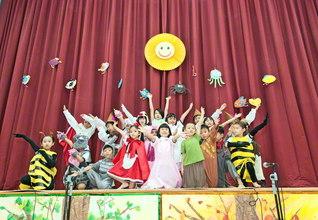 シンガポール創価幼稚園の卒園式で、園児たちがはつらつと演技。成長した姿に大きな拍手が送られた(同幼稚園講堂で)