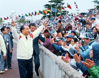 第1回「福島青年平和文化祭」の開会前、グラウンドを一周し、同志を励ます池田先生(1984年5月13日、福島市内で)