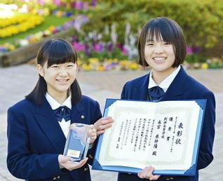 「手帳甲子園」で最優秀賞を獲得した荒井さん㊧と優秀賞を受賞した永宮さん