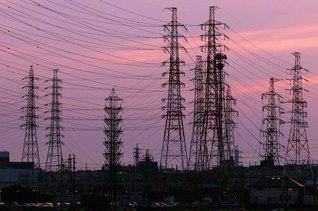 各地に張り巡らされる送電線と鉄塔。今後、送電線の利用を巡る議論が進められる