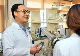 慶尚大学でクラゲの研究をする姜昌根さん