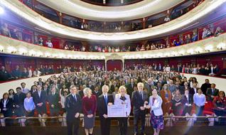 国立トゥクマン大学のアルベルディ劇場で執り行われた「名誉博士号」の授与式。列席者が記念のカメラに納まった。同大学のバルドン総長(前方右から3人目)、ガルシア副総長(同2人目)らがSGI会長の長年にわたる教育・平和・人権への多大な貢献をたたえ、心から祝福