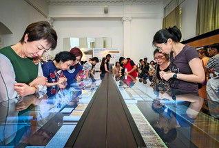 """シンガポールの""""法華経展""""。来場者は「法華経の平等の精神こそ平和の心だと感じました」と(アート・ハウスで)"""