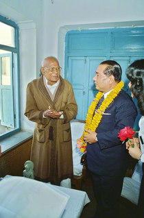"""""""インドの良心""""と敬愛されたJ・P・ナラヤン氏との対談。氏は大きなレイを手ずから首に掛け、池田先生の来訪を歓迎(1979年2月11日、パトナで)"""