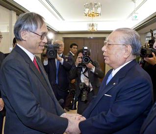 香港中文大学の劉遵義学長(当時)を、東京の本社で歓迎。池田SGI会長が「創立間もなかった創価大学と交流の扉を開いてくださった。その大恩を私たちは永遠に忘れません」と語ると、劉学長は応えた。「創価大学にとって、国際学術交流の第1号が、わが香港中文大学であったことは、私どもにとって、大いなる誉れです」(2007年1月16日)