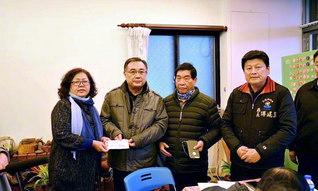 花蓮県の傅県長(右端)ら県政府の代表に、台湾SGIの友が義援金を手渡す