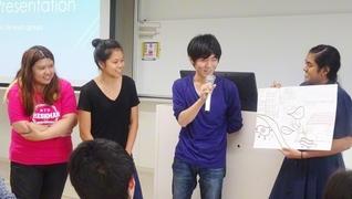 創価大学国際教養学部と南洋理工大学の学生たちが開催した「ポスター発表会」。5グループに分かれ、それぞれがユニークな企画を提案した(創大で)