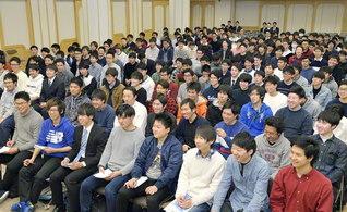首都圏学生部の代表の集い。明年、発表から40周年となる学会歌「広布に走れ」を全員で歌った(正義会館で)